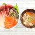 お刺身の盛り合わせでお刺身丼と魚の煮物